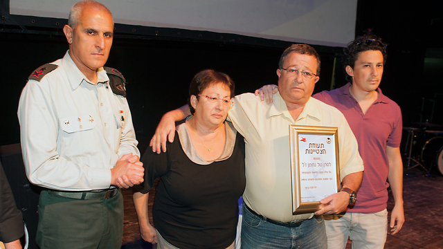 """משפחתו של נחמן מקבלת את התעודה מאלוף הפיקוד סמי תורג'מן (צילום: דובר צה""""ל)"""