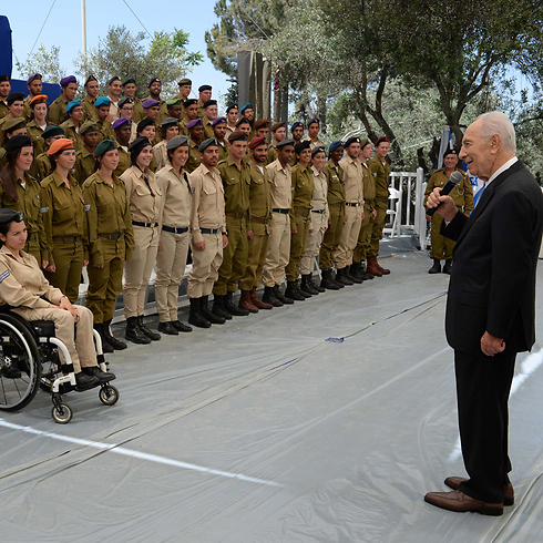 President Peres surprising soldiers at a rehersal for Independence Day ceremony (Photo: Kobi Gideon, GPO)