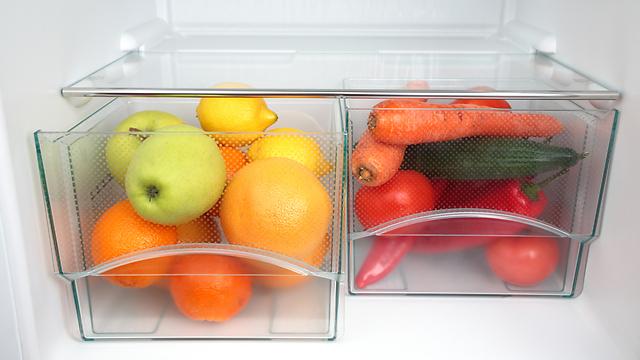 מומלץ לא לשטוף את הפירות והירקות לפני האחסון במקרר (צילום: shutterstock)