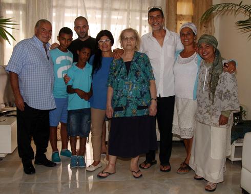 קלמנטין ללום עם משפחתה, בביתה החדש בניצן (צילום: רועי עידן)