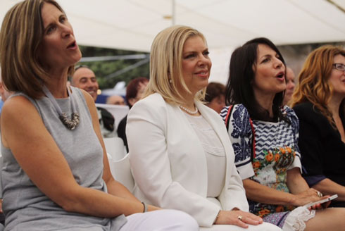 Sara Netanyahu watching her husband sing (Photo: Gil Yohanan)