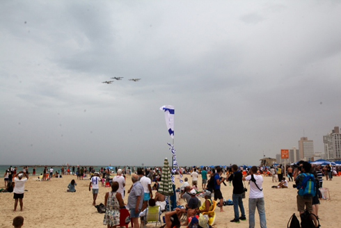 IAF Aerobatic Team above Tel Aviv (Photo: Motti Kimchi)