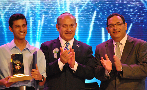 Amos with Prime Minister Netanyahu, Education Minister Piron (Photo: Ofer Meir)