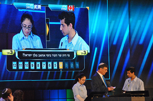Eitan Amos fields final question with 2nd place winner Tefila Berenson (Photo: Ofer Meir)