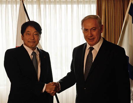 Benjamin Netanyahu with Japanese Defense Minister Itsunori Onodera (Photo: GPO, Kobi Gideon) (Photo: GPO, Kobi Gideon)