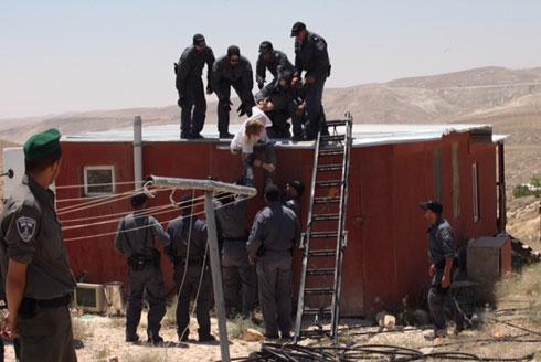 Removing protesters at Ma'aleh Rehavam (Photo: Gil Yochanan) Photo: Gil Yochanon