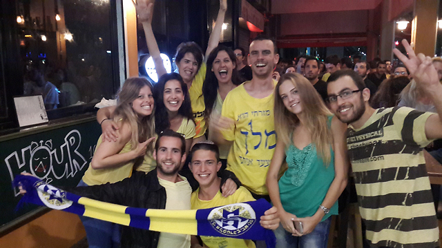 Fans celebrate in south Tel Aviv pub (Photo: Gilad Morag)