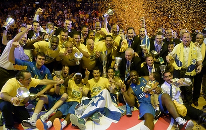 Maccabi lifts Euroleague trophy (Photo: AFP)