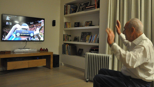 Peres watches Maccabi claim championship (Photo: President's Residence spokesman) (Photo: President's Residence spokesman)