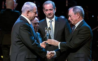 Bloomberg receiving the Genesis Prize from Prime Minister Netanyahu (Photo: AFP)