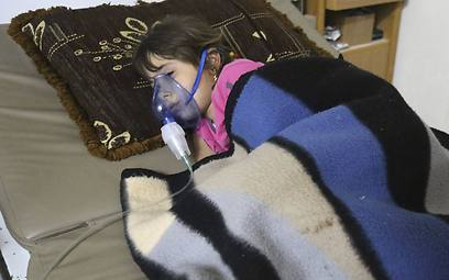 Syrian affected by gas attack in Kfar Zeita receive treatment in a makeshift hospital (Photo: Reuters)