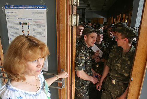 Ukrainian soldiers at the polls (Photo: Reuters)