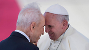 Peres welcomes Pope Francis to Israel at Ben Gurion Airport Photo: AP