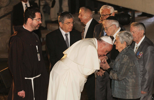 Francis at Yad Vashem with Holocaust survivors (Photo: Ido Erez)