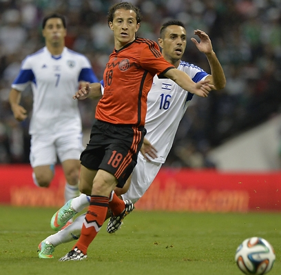 Israeli player Eran Zahavi trying to pass a Mexico player (Photo: AFP)