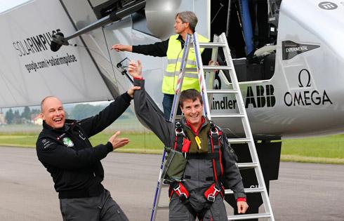 פיקארד (משמאל) עם הטייס מרקוס שרדל מגרמניה (צילום: AP)