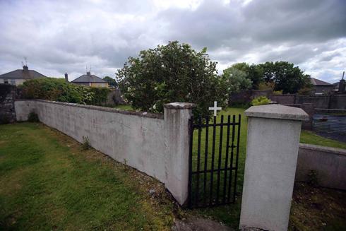 הכניסה לאתר שבו נמצא קבר האחים בעיירה טואם (צילום: רויטרס)