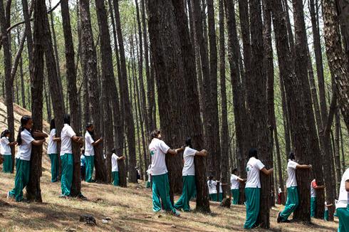 תלמידים נפאלים בתלבושות בית הספר          (צילום: EPA)