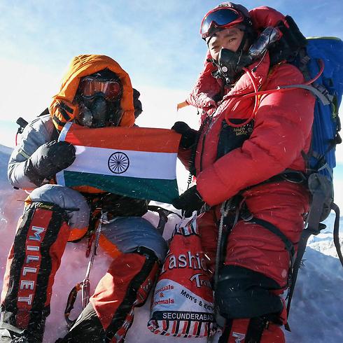 פורנה (משמאל) אוחזת בדגל הודו באוורסט (צילום:AP)