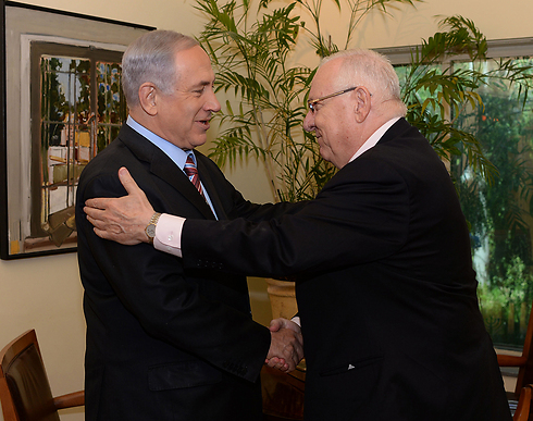 Netanyahu and Rivlin embrace (Photo: Kobi Gideon, GPO)