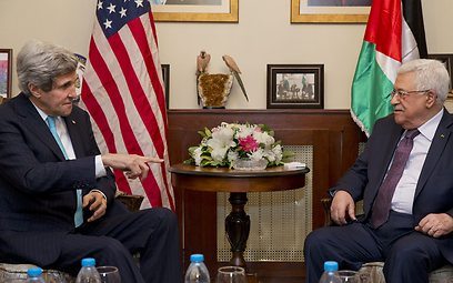 US Secretary of State John Kerry and Palestinian President Mahmoud Abbas (Photo: AP) (Photo: AP)