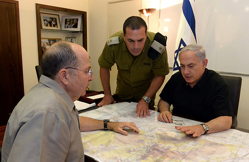 Prime Minister Netanyahu and Defense Minister Ya'alon briefed on the ongoing search for the teens (Photo: Haim Tzach, GPO)