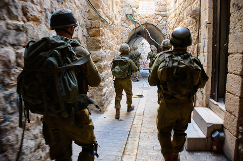 Nahal troops scanning Hebron (Photo: IDF Spokesman)