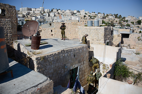 IDF soldiers surround a building in Hebron (Photo: IDF Spokeperson's Unit)