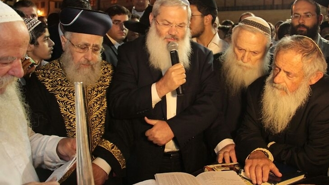 Yehuda Wachsman, father of Nachshon Wachsman, at the Western Wall prayer (Photo: Shlomi Cohen, Kikar HaShabat)