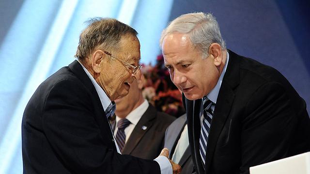 """עזריה אלון ז""""ל מקבל את פרס ישראל מראש הממשלה נתניהו (צילום: עומר מירון)"""