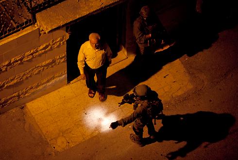 """מעצר יו""""ר הפרלמנט הפלסטיני עזיז דוויק (צילום: AP)"""