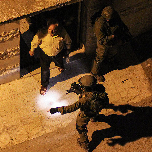 IDF arrests Aziz Duwaik (Photo: EPA)