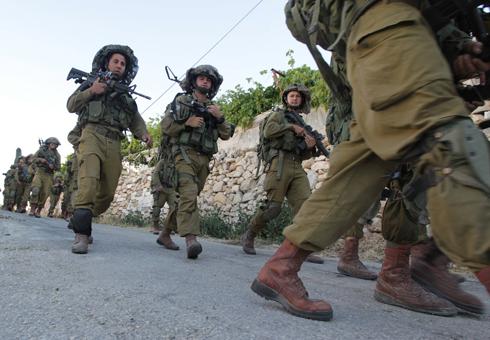 IDF troops search Hebron area (Photo: AFP)