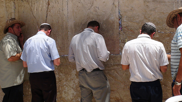 Parents of kidnapped teens at The Western Wall (Photo: Barel Efraim)