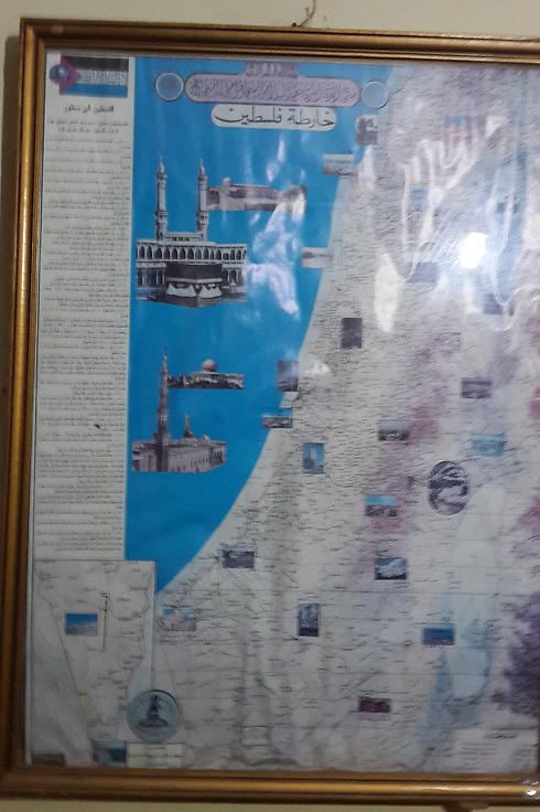 """""""חזון פלסטין השלמה"""". מפת ישראל שנמצאה בביתו של פעיל חמאס           (צילום: יואב זיתון)"""