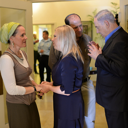 The Netanyahus meet with the Frenkel family. (Photo: GPO, Kobi Gideon)