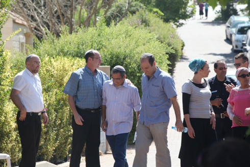 Parents of Eyal Yifrach and Naftali Frenkel arrive at Shaer family home earlier Monday (Photo: Motti Kimchi) (Photo: Motti Kimchi)