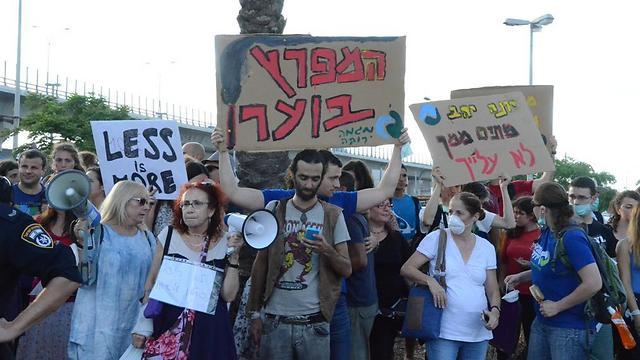 הפגנה נגד זיהום האוויר בחיפה. משרד הבריאות טוען שלא הוכח כי יש קשר לתחלואה מסרטן (צילום: מוחמד שינאווי)