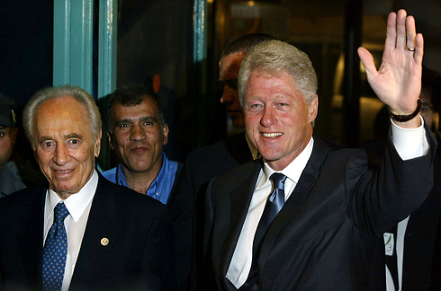 Peres with Clinton (Photo: Gettyimages) Photo: Gettyimages