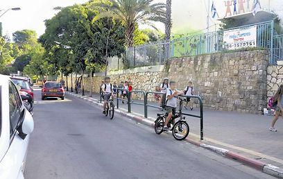 בבית הספר צהלה ההחלטה כבר מיושמת. תלמידים רוכבים על אופניים חשמליים  (צילום: תומי הרפז)