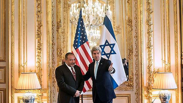 Foreign Minister Avigdor Lieberman meeting with US Secretary of State John Kerry in Paris (Photo: AFP)