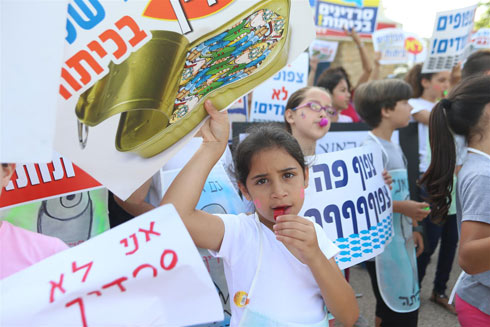 Children and parents protest together against overcrowded classrooms in Holon in June (Photo: Yaron Brener) Photo: Yaron Brener