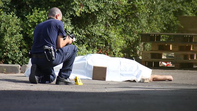החשודים קיבלו 50 אלף שקלים. זירת הרצח של זרצר במאי 2010 (צילום: ג'ורג' גינסברג)