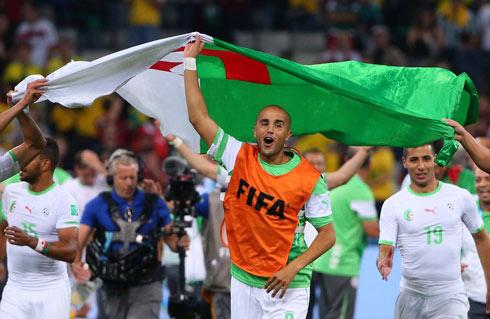 הנבחרת האלג'יראית חוגגת את העלייה לשמינית הגמר (צילום: MCT)