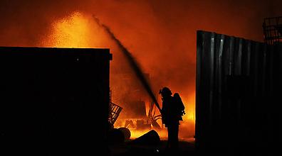 המפעל נשרף כליל. פגיעת הרקטה בשדרות (צילום: AFP)