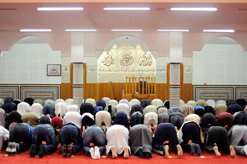 תפילה במסגד בעיר נאנט, צרפת (צילום: AFP)