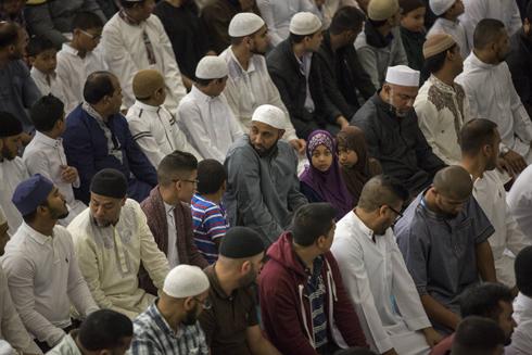 תפילה המונית במסגד במזרח לונדון (צילום: gettyimages)