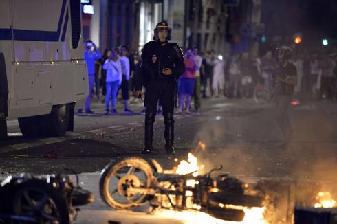 """""""או שאתה צרפתי או שאתה אלג'יראי"""". אופנוע שרוף בליון (צילום: AFP)"""
