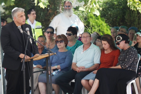 Finance Minister Yair Lapid speaking at Gil-Ad Shaer's memorial service (Photo: Motti Kimchi)