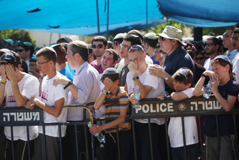 Mourners at Gil-Ad Shaer's funeral (Photo: Motti Kimchi)